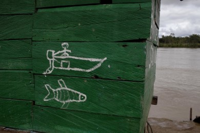 A graffiti in a gas station that serves boats in the Atrato river in the hamlet of Las Mercedes, Colombia, November 19, 2014. The hamlet was the scenario of the capture of general Ruben Alzate by Revolutionary Armed Forces of Colombia, FARC, militias a week ago. Alzate is the highest in military rank ever captured in Colombian modern war.