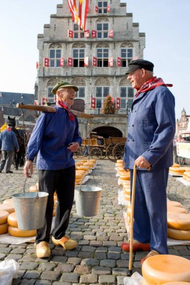 Kaese Traeger mit Pferd und Kutsche vor dem Stadhuis, Rathaus, Kaesemarkt, Gouda, Zuid Holland, Netherlands, NLD