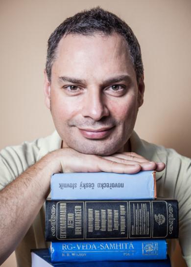Ioannis Ikonomou speaks 32 languages
